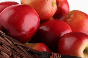 cesta-de-macas--alimentos-organicos--cesta-com-as-macas--com-fundo-branco_3319942